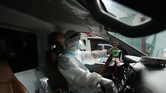 Theo chân tài xế lái xe cấp cứu 0 đồng chở bệnh nhân Covid-19