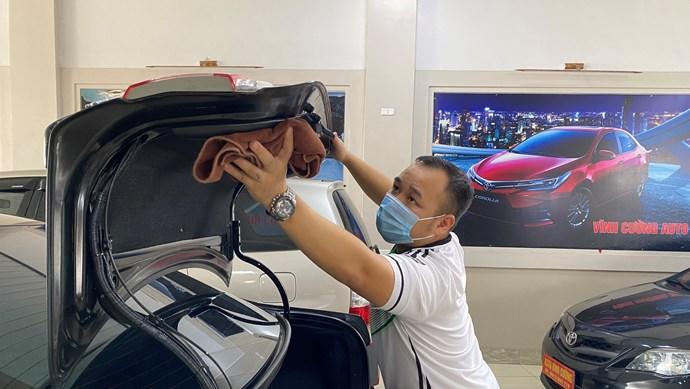Chủ Gara ô tô tất bật dọn dẹp trước giờ được hoạt động trở lại