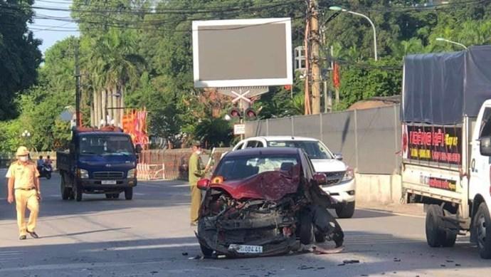 Ô tô con va chạm với xe tải, 2 người bị thương